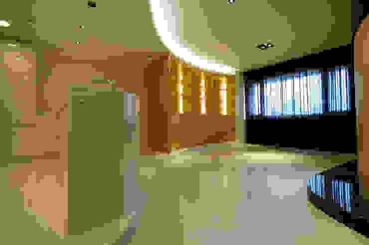 全室案例-新北市王宅 现代客厅設計點子、靈感 & 圖片 根據 ISQ 質の木系統家具 現代風