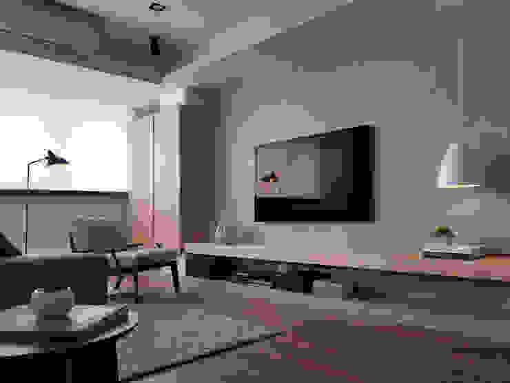 Paredes e pisos modernos por 御見設計企業有限公司 Moderno
