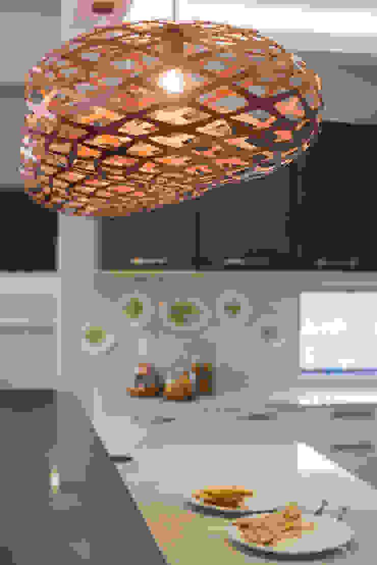 Decor details in the lights. Modern kitchen by Carne Interiors Modern
