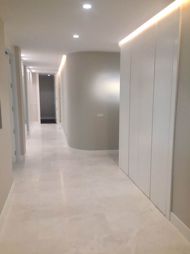 Modern corridor, hallway & stairs by DISIGHT Modern