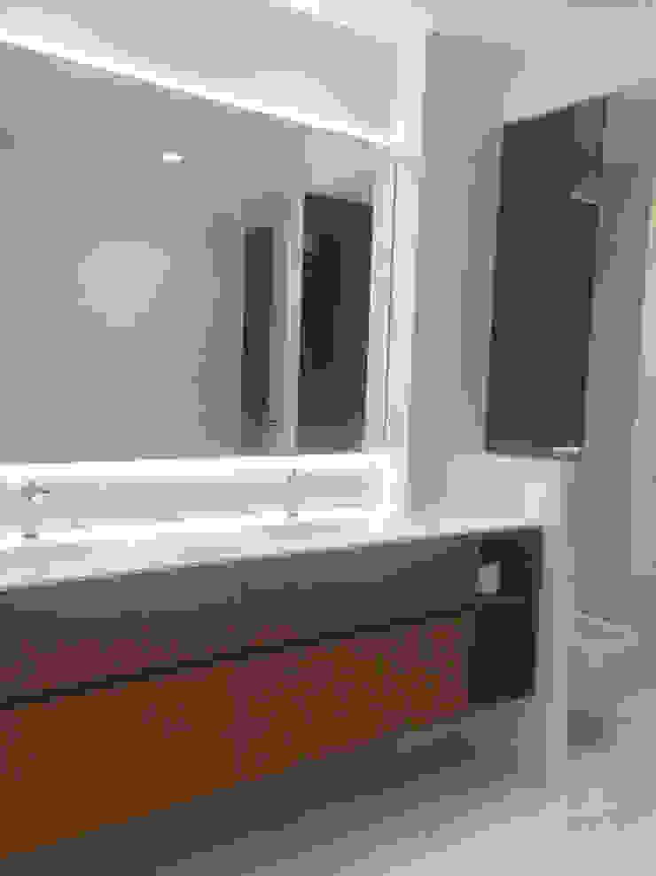 Nowoczesna łazienka od DISIGHT Nowoczesny