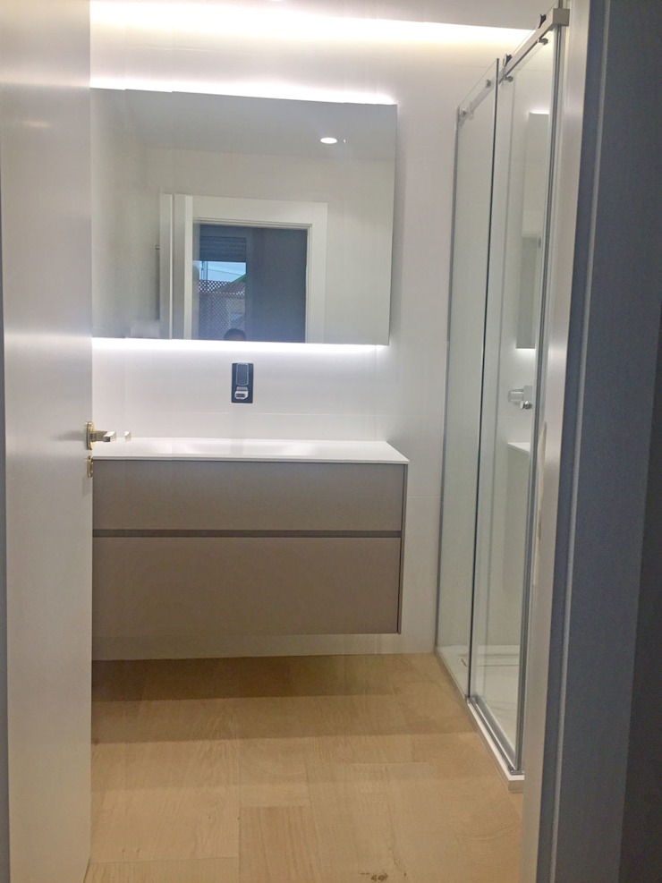 Modern bathroom by DISIGHT Modern