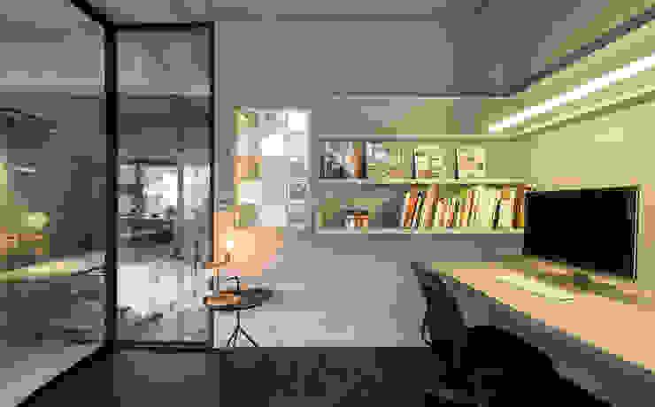 開放式書架展示你的藏書:  書房/辦公室 by 磨設計, 簡約風
