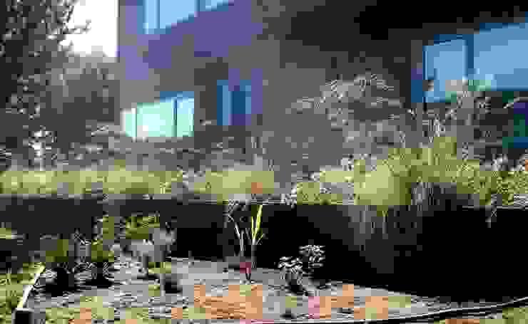 Una Huerta-Jardín sustentable: Jardines de estilo  por Pell Paisajismo