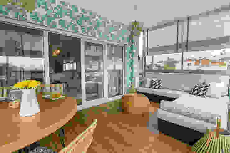 Sala e Varanda em Paço de Arcos Varandas, marquises e terraços tropicais por Sizz Design Tropical