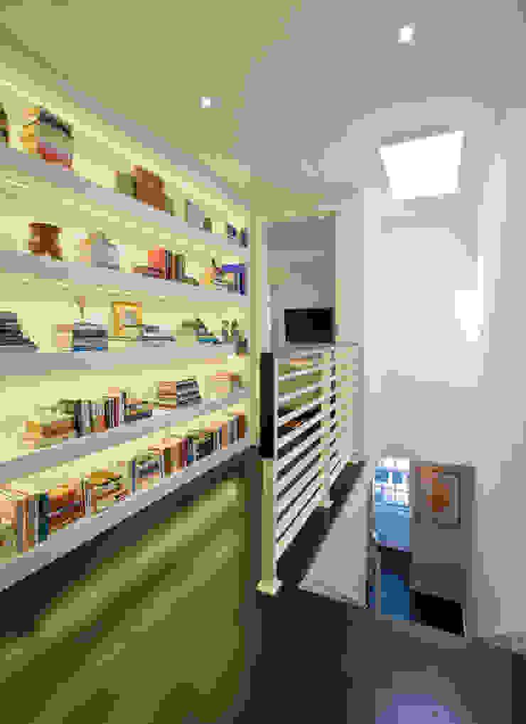 FORMA Design Inc. Modern Corridor, Hallway and Staircase