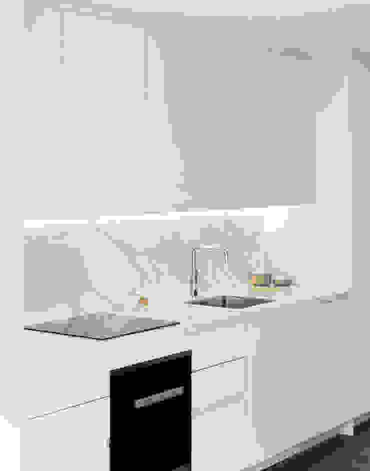 Kitchen Cocinas de estilo moderno de Brosh Architects Moderno