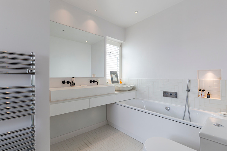 Parke Rd Barnes:  Bathroom by VCDesign Architectural Services,
