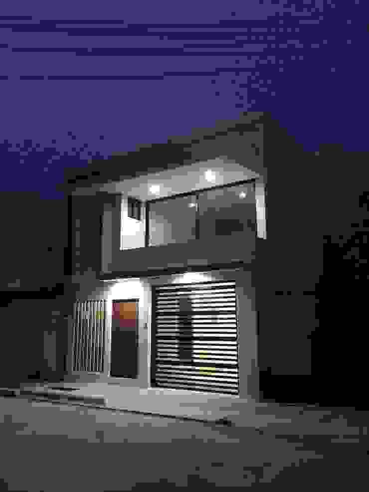 Fachada principal- Vista nocturna Casas minimalistas de Crearqtiva Minimalista