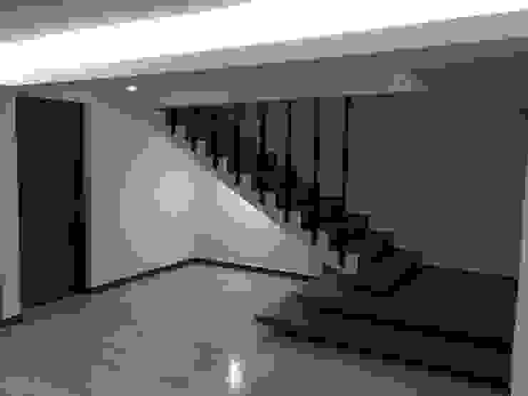diseño de escalera Pasillos, vestíbulos y escaleras minimalistas de Crearqtiva Minimalista