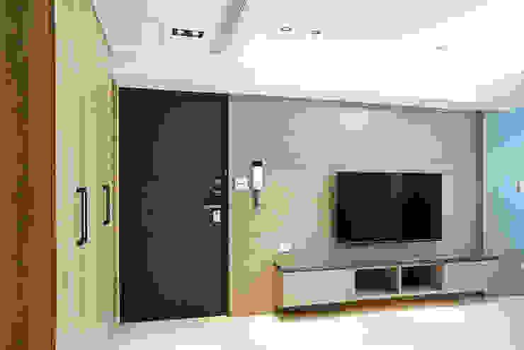 全室案例-台北市吳宅 现代客厅設計點子、靈感 & 圖片 根據 ISQ 質の木系統家具 現代風