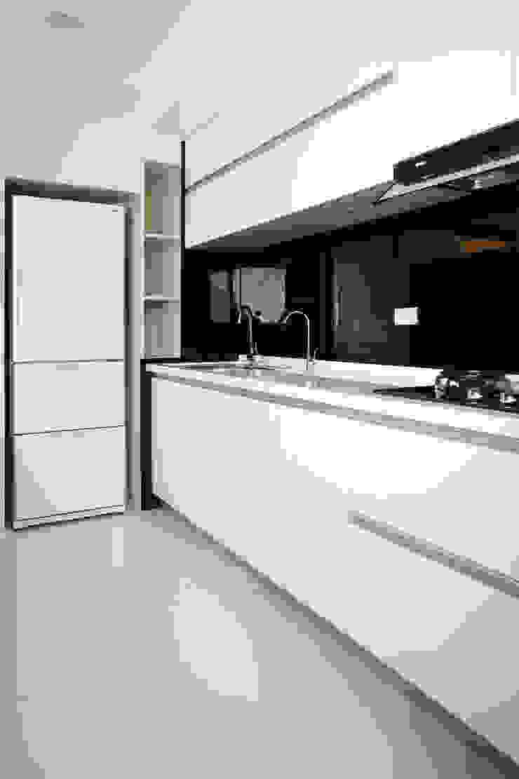 全室案例-台北市吳宅 現代廚房設計點子、靈感&圖片 根據 ISQ 質の木系統家具 現代風