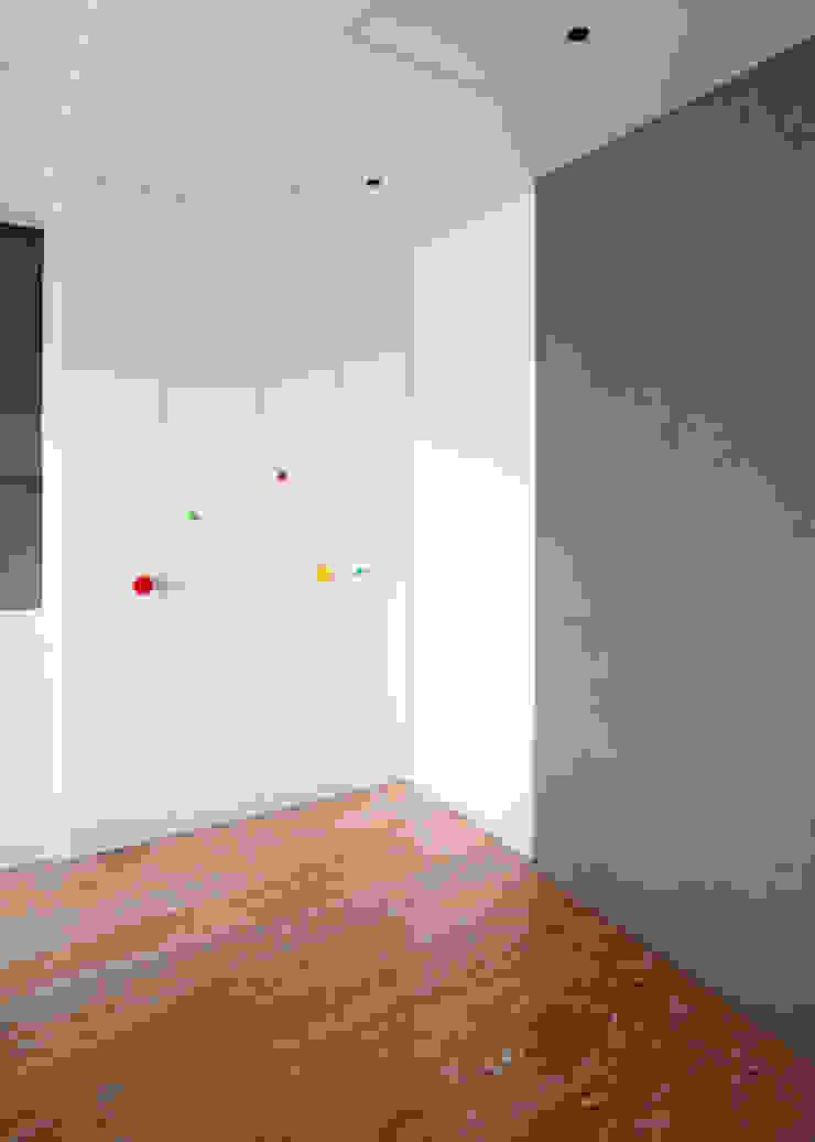 臥室: 不拘一格  by ISQ 質の木系統家具, 隨意取材風