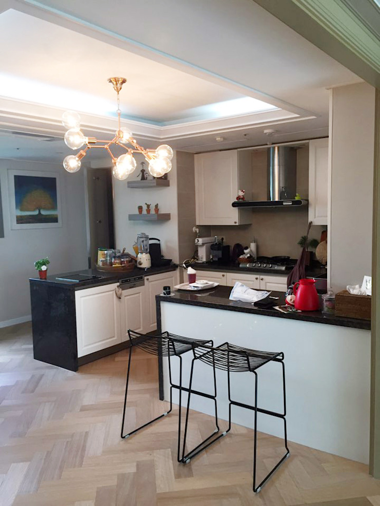 우드플로어 헤링본시공, 키친수납장 및 무늬목 시트지 시공 by HOOSDESIGN / 후스디자인