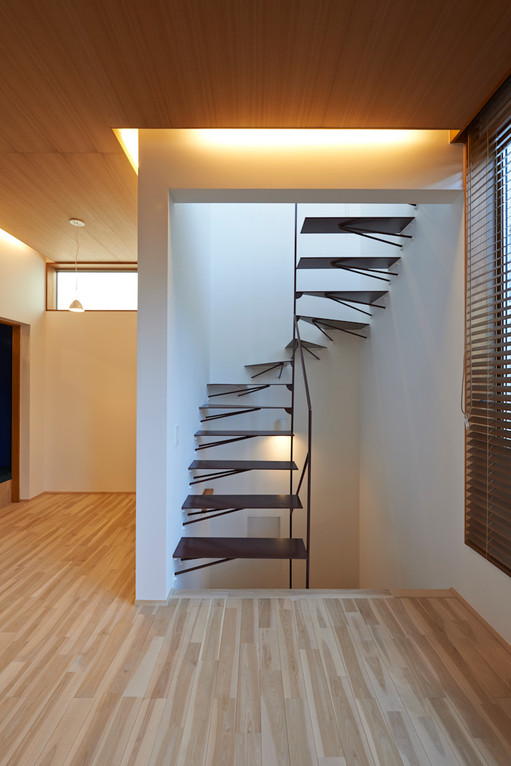 Modern Corridor, Hallway and Staircase by (有)菰田建築設計事務所 Modern