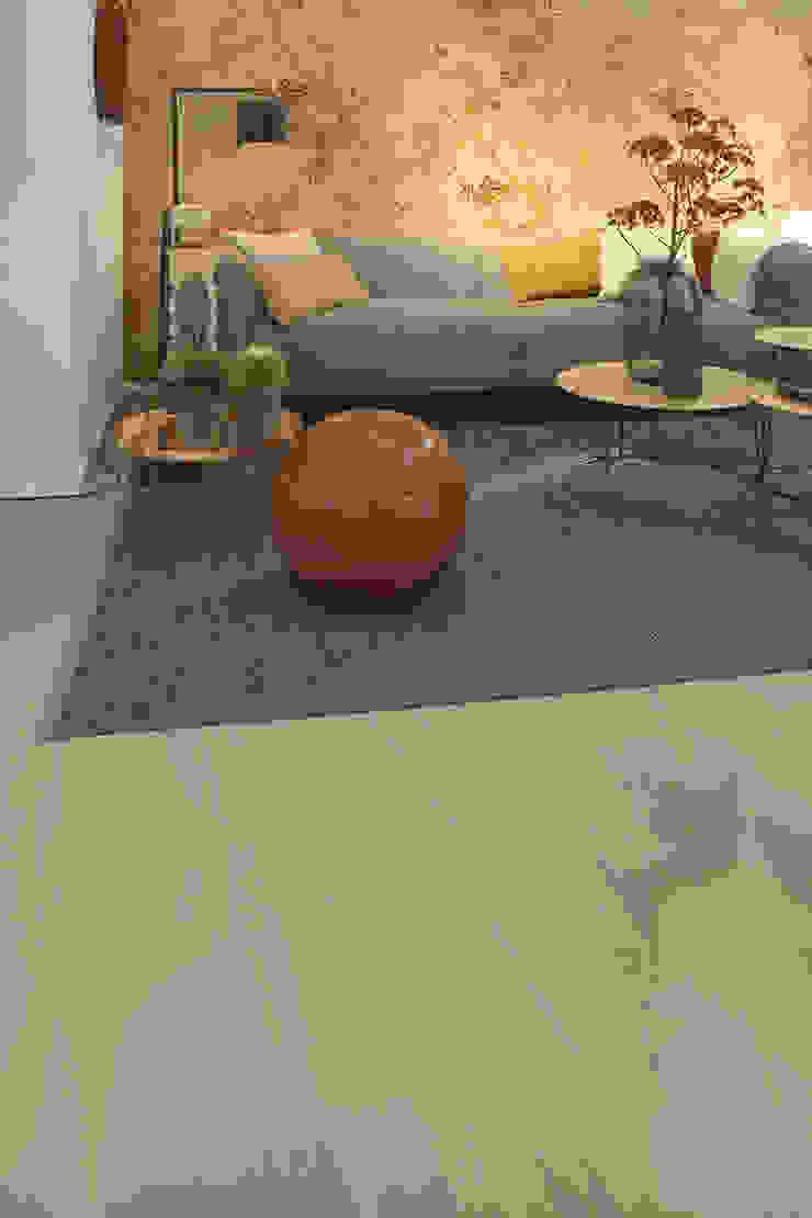 现代客厅設計點子、靈感 & 圖片 根據 Ode aan de Vloer 現代風 塑膠
