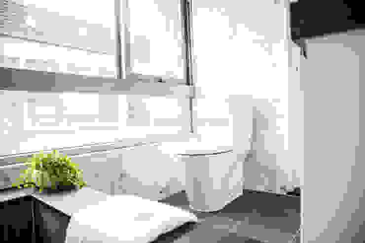信義何公館 現代浴室設計點子、靈感&圖片 根據 VH INTERIOR DESIGN 現代風