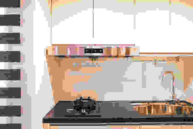 信義何公館 現代廚房設計點子、靈感&圖片 根據 VH INTERIOR DESIGN 現代風