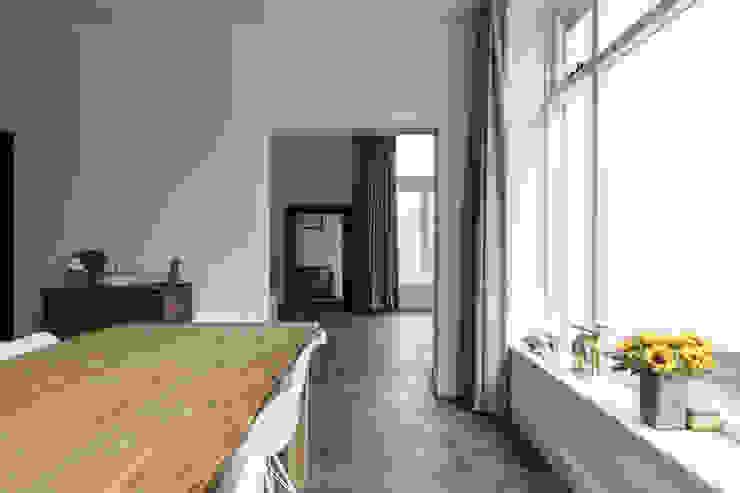 Eetkamer met doorkijk naar woonkamer Moderne eetkamers van Finbarr McComb Architect Modern Tegels