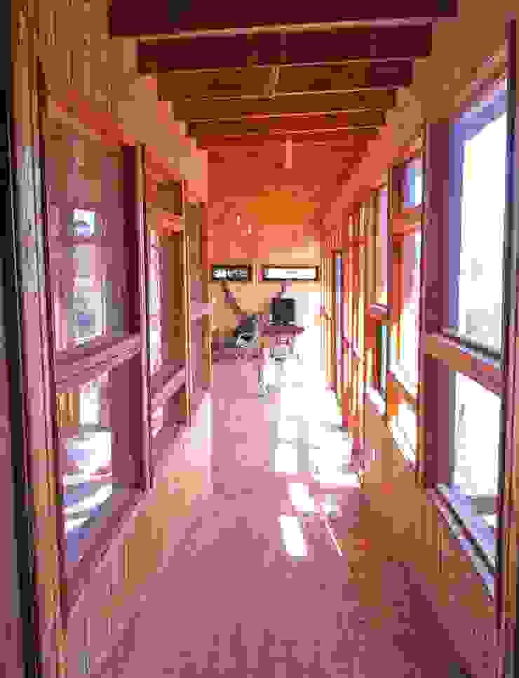 Casa Ecológica en Olmué Pasillos, halls y escaleras rústicos de Nido Arquitectos Rústico
