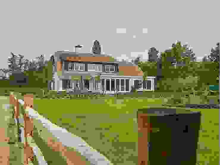 Landelijke witte woning met riet Landelijke huizen van Brand I BBA Architecten Landelijk