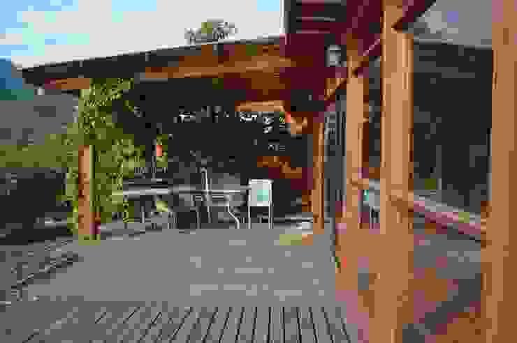 Casa Ecológica en Olmué Balcones y terrazas rústicos de Nido Arquitectos Rústico