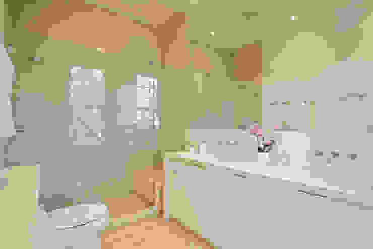 Salle de bain moderne par FORMA Design Inc. Moderne