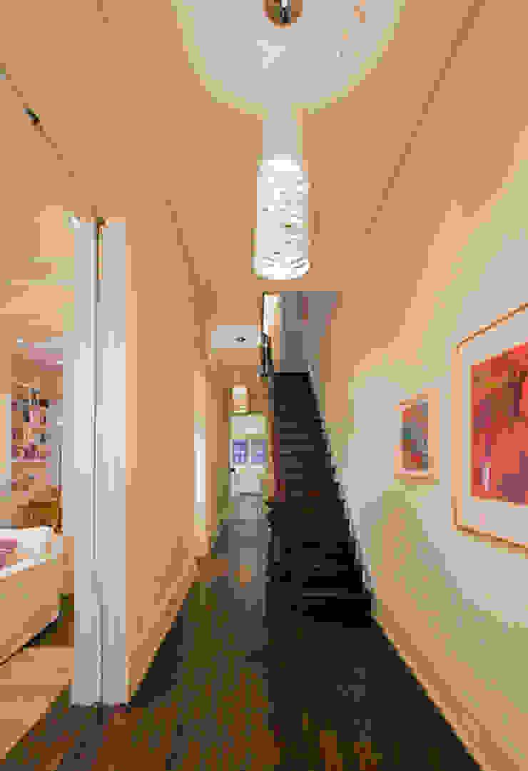Couloir, entrée, escaliers modernes par FORMA Design Inc. Moderne