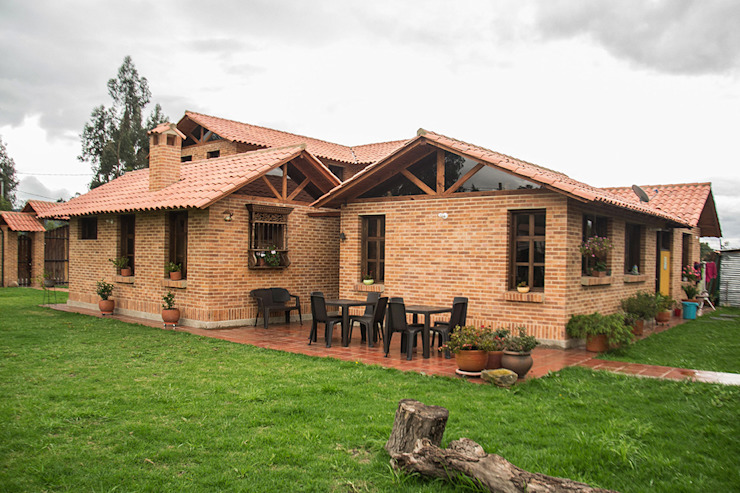 Country style houses by ENSAMBLE de Arquitectura Integral Country Bricks