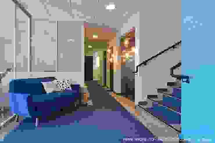 Agencement d'un entrée et d'un couloir Tiffany FAYOLLE Lieux d'événements modernes MDF Blanc