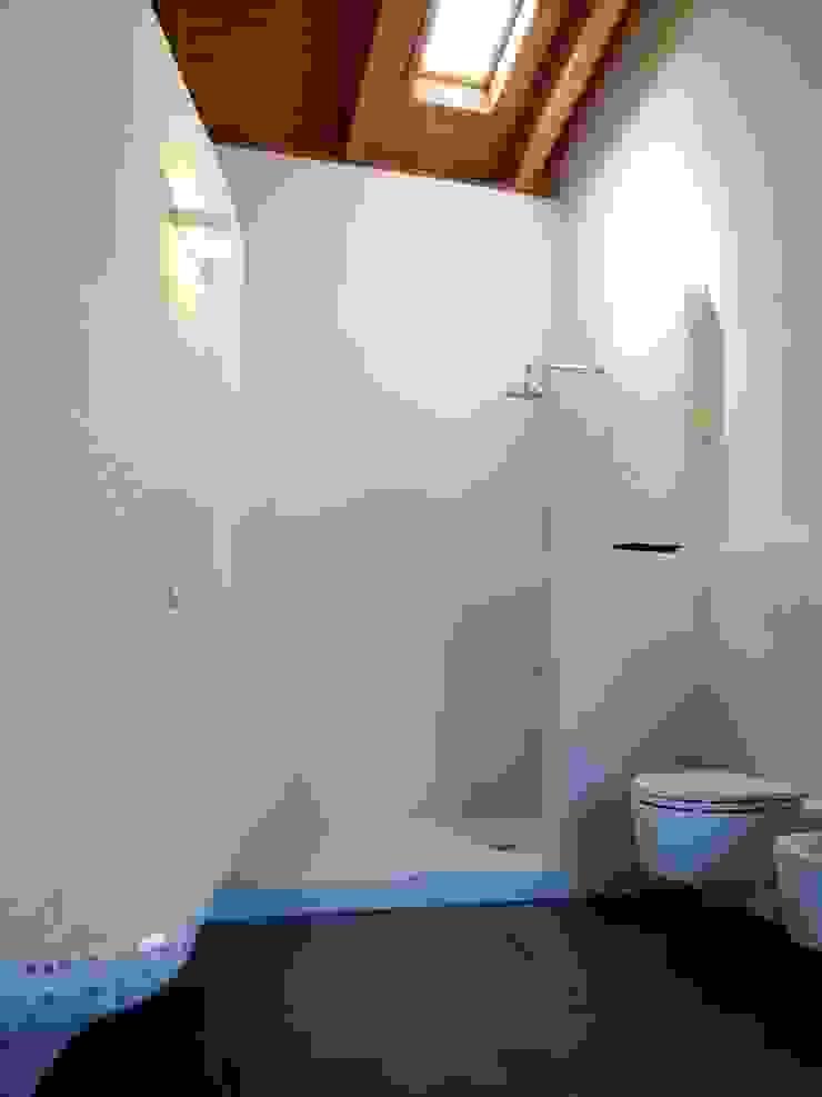 Bagno con panca in mosaico vetroso Aroma Italiano Eco Design Bagno minimalista Vetro Bianco