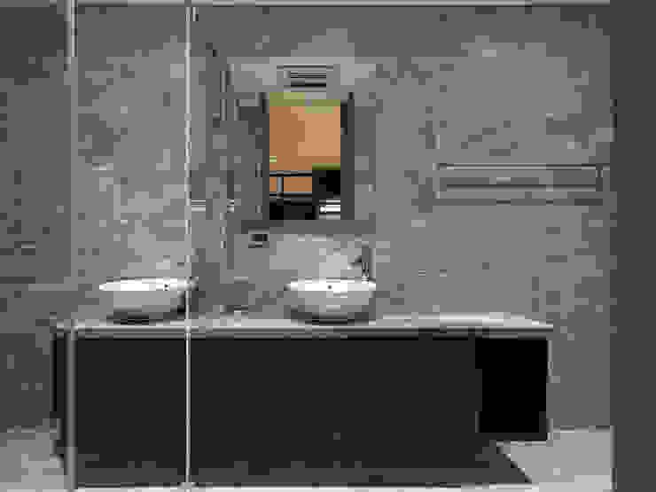 House D 鄧宅 現代浴室設計點子、靈感&圖片 根據 構築設計 現代風