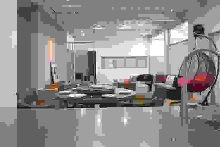 Minimalist dining room by 構築設計 Minimalist