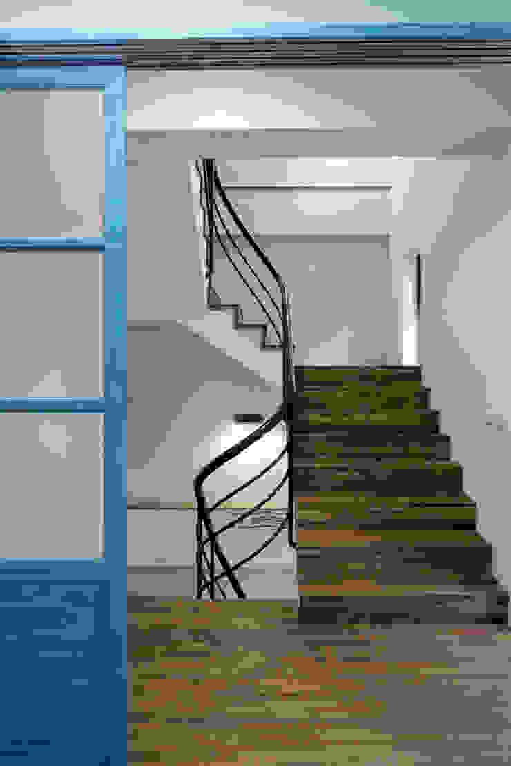 Corredores, halls e escadas rústicos por DIANTHUS 康乃馨室內設計 Rústico