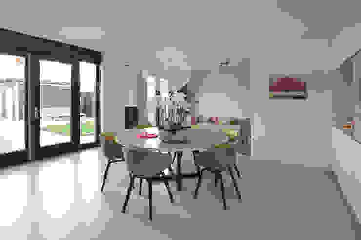 Phòng ăn phong cách hiện đại bởi Ode aan de Vloer Hiện đại Nhựa
