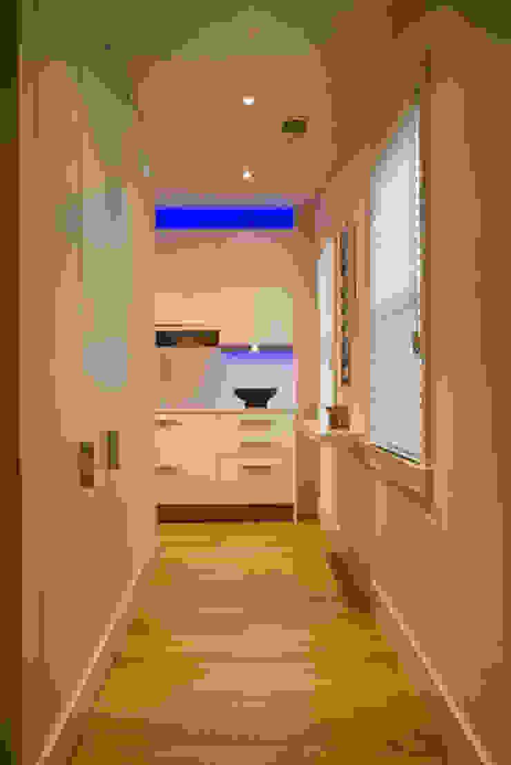 FORMA Design Inc. Corredores, halls e escadas modernos
