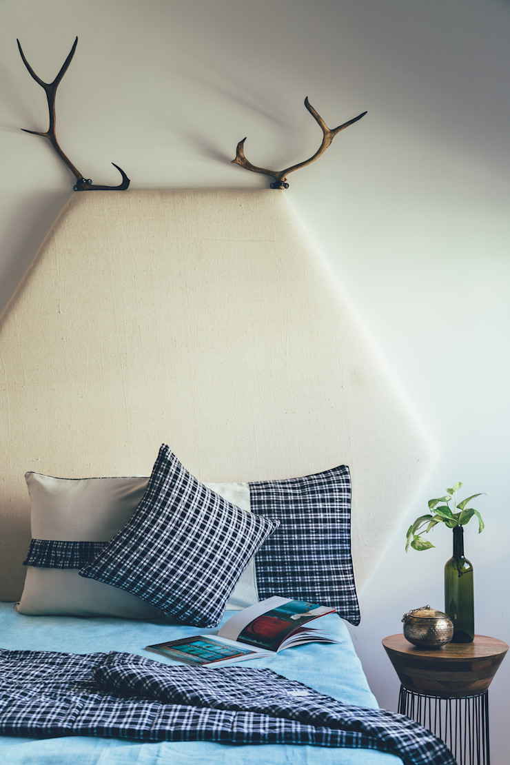 The monochrome of everything : minimalist  by TUNI Interiors Pvt. Ltd. ,Minimalist Cotton Red