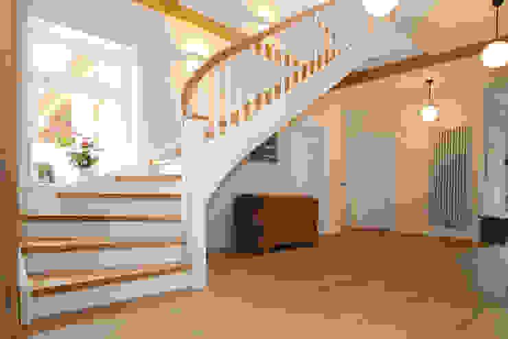 Spitzenduo - die Kombination aus Naturholz und Weiß liegt bei Treppen voll im Trend! Klassischer Flur, Diele & Treppenhaus von STREGER Massivholztreppen GmbH Klassisch Massivholz Mehrfarbig