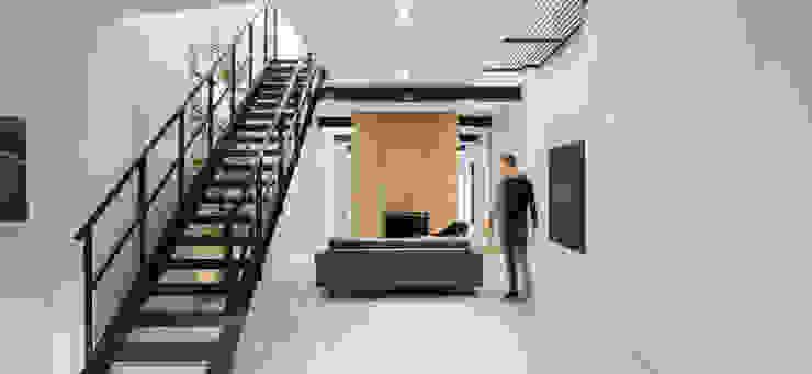 Loft Sixty-Four Moderne woonkamers van EVA architecten Modern