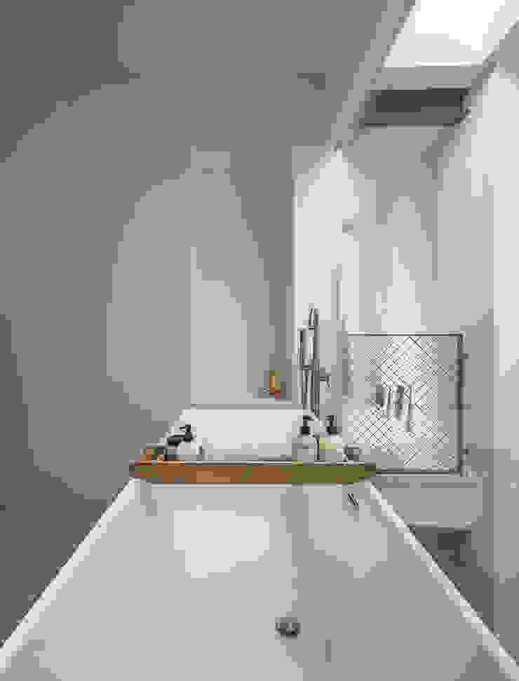 Loft Sixty-Four Moderne badkamers van EVA architecten Modern