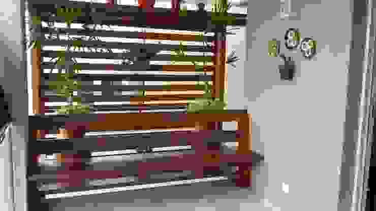 MEI Arquitetura e Interiores Rustic style balcony, veranda & terrace