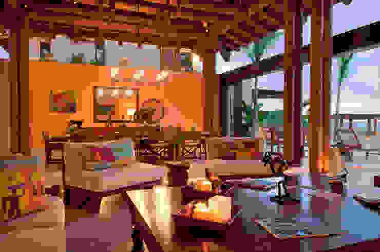 sala y comedor en Punta Mita foto de arquitectura Salones de estilo tropical Madera Amarillo