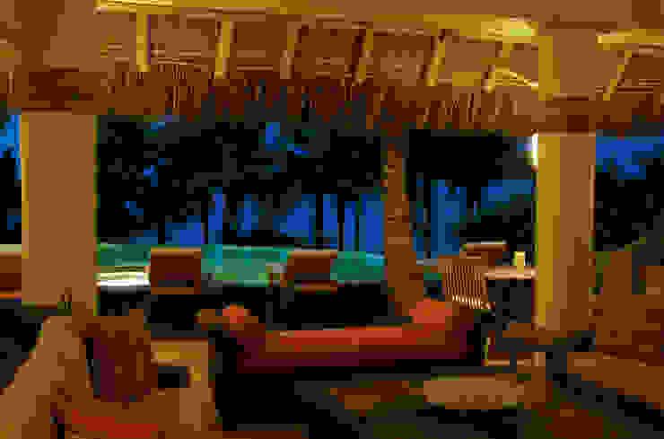 fotografía de arquitectura en Punta Mita foto de arquitectura Balcones y terrazas de estilo tropical Derivados de madera Amarillo