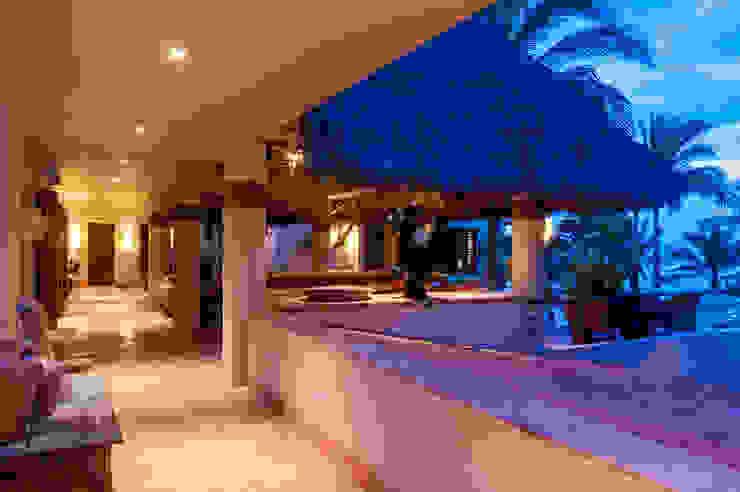 fotógrafo profesional de Arquitectura en México foto de arquitectura Pasillos, vestíbulos y escaleras de estilo tropical Hormigón Blanco