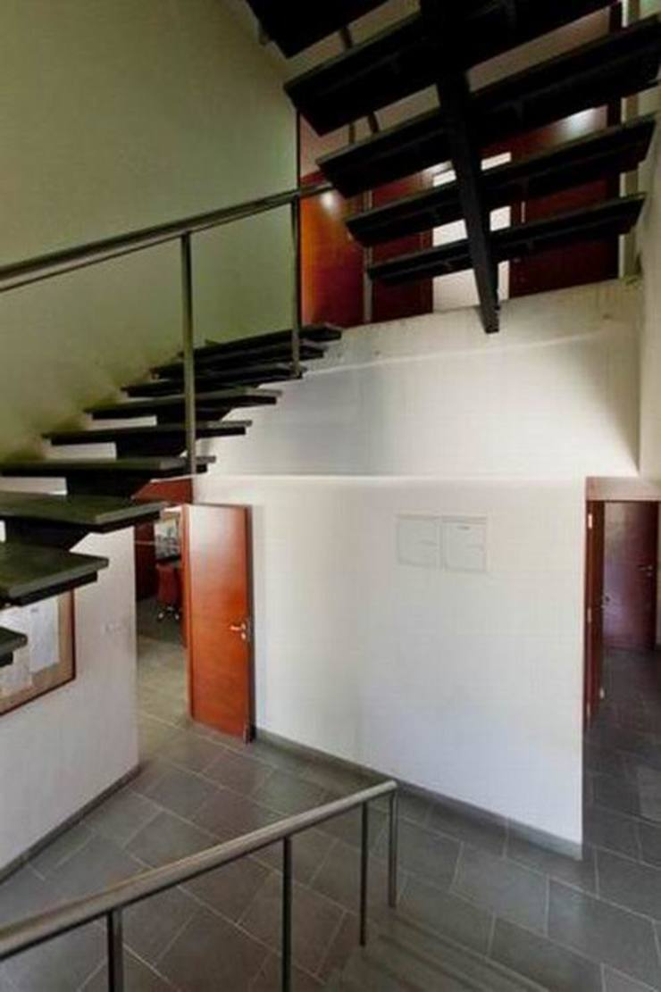 Staircase Studio - Architect Rajesh Patel Consultants P. Ltd Office buildings