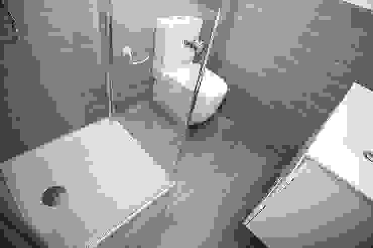 Cuarto de baño equipado Baños de estilo moderno de Grupo Inventia Moderno Azulejos