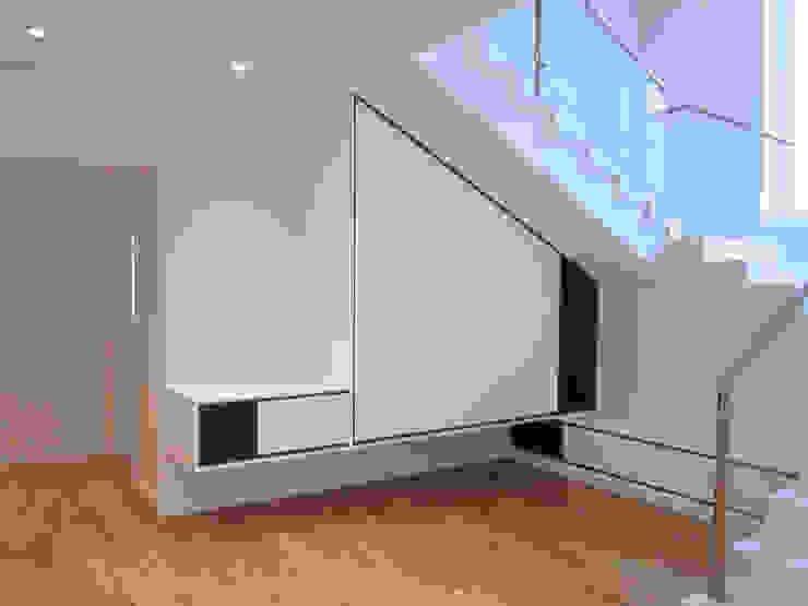 Casa CA231 - Entrada - mobiliário por medida The Spacealist - Arquitectura e Interiores Corredores, halls e escadas modernos Branco