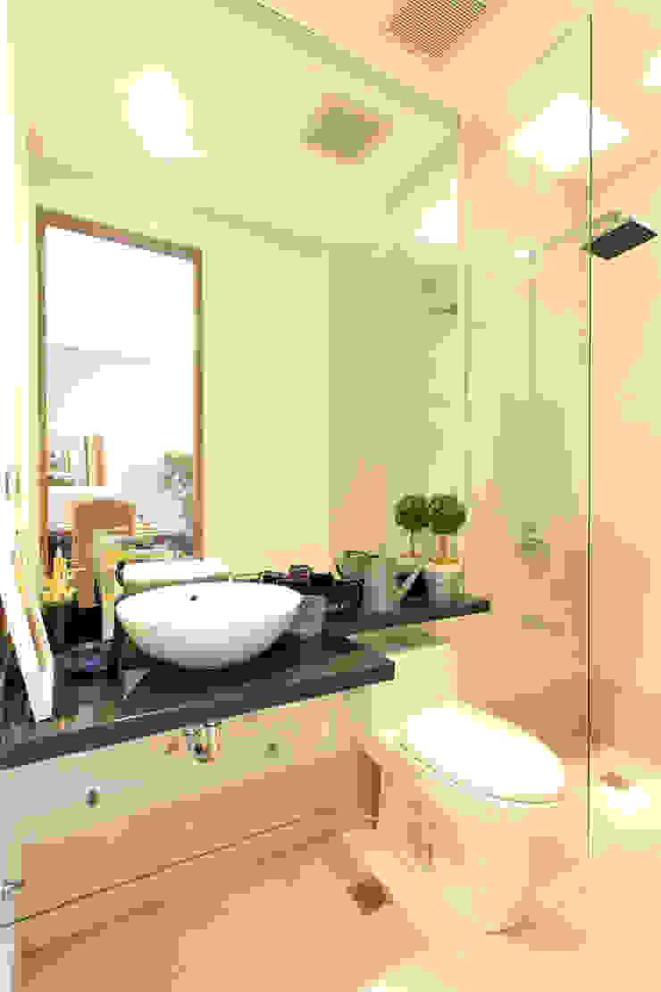 Catya Modern bathroom by Marilen Styles Modern