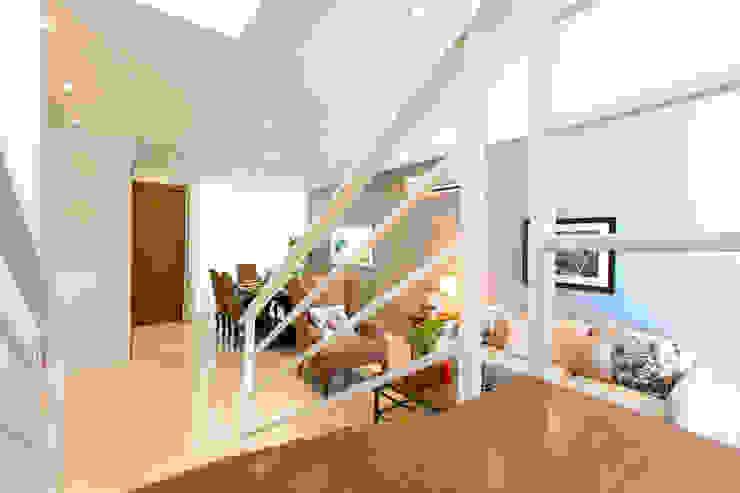 Catya Modern Corridor, Hallway and Staircase by Marilen Styles Modern