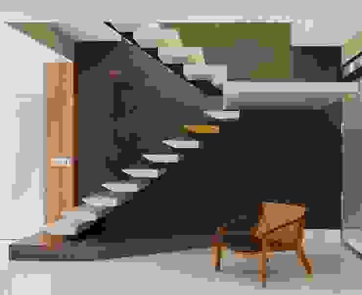 Couloir, entrée, escaliers modernes par Maria Dezan Projetos de Interiores e Consultorias Moderne Quartz